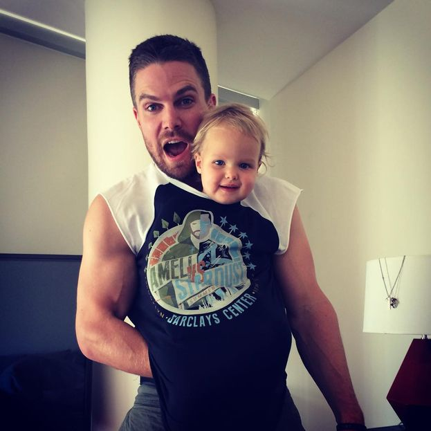 Stephen 'Arrow' Amell ha fatto centro anche come papà: eccolo qui con la sua adorabile Mavi.
