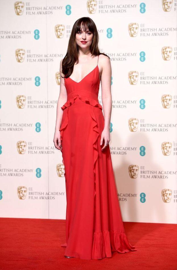 """Dakota Johnson – Un'altra attrice modello """"bianca come il latte"""" che con il sole non va molto d'accordo."""