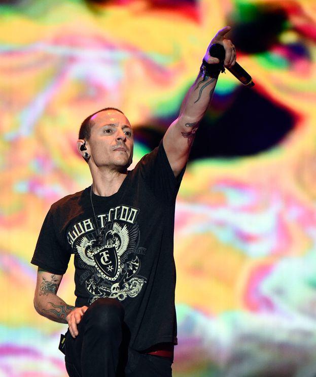 """Linkin Park - Il cantante Chester Bennington ha raccontato che avevano fatto decine di provini presso una sfilza di case discografiche, ma che nessuna si era detta interessata. Alla fine la Warner Music (che li aveva già rimbalzati una volta) decise di concedere una chance alla band. Di certo non si sono pentiti quando il disco di debutto """"Hybrid Theory"""" diventò di botto un fenomeno mondiale da oltre 10 milioni di copie."""
