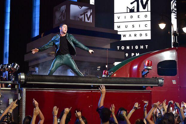 """Nick Jonas canta """"Bacon"""". Da notare i pantaloni di pelle aderenti ;)"""
