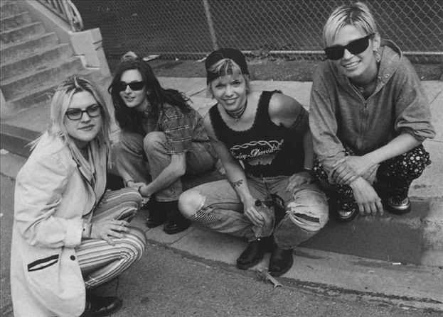 Stefanie Sargent (la seconda da sinistra) era la chitarrista e la cofondatrice delle 7 Year Bitch, influente band all female della scena di Seattle. È morta nel 1994 a causa di un mix di alcol e droghe.