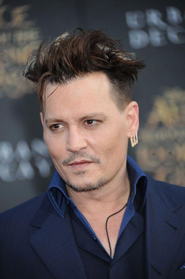 """Il primo sogno di Johnny Depp era quello di diventare un musicista, e così ha mollato il liceo per dedicarsi al rock. Poi ci ha ripensato e voleva tornare a scuola, ma sembra che il preside gli abbia detto una cosa del tipo """"lascia perdere, vai avanti a suonare che è meglio""""."""