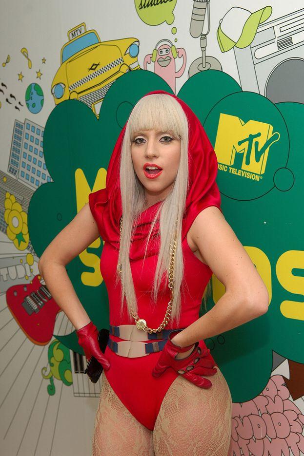 """Lady Gaga - Anno 2008: Gaga spacca le classifiche con i suoi primi due singoli, """"Just Dance"""" e """"Poker Face"""", e poi piazza il disco di debutto """"The Fame"""". Un titolo, un destino (""""fame"""" sta per """"celebrità"""")."""