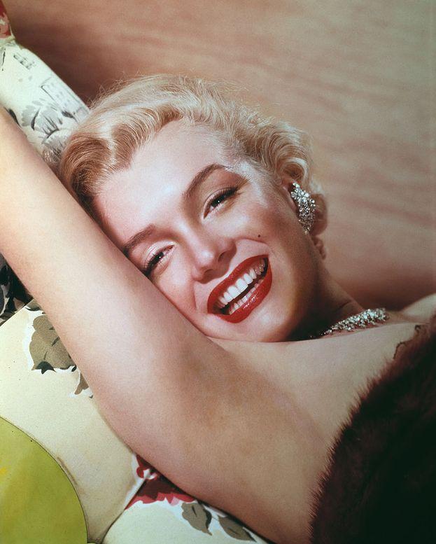 """Marilyn Monroe: """"Tutto accade per un motivo. Le persone cambiano, e tu impari a lasciarle andare. Le cose vanno male, e impari ad apprezzarle quando invece vanno bene. Credi alle bugie, e impari a non fidarti di nessuno se non di te stessa. A volte le cose belle finiscono in pezzi, ma solo perché possano nascere cose ancora più belle""""."""