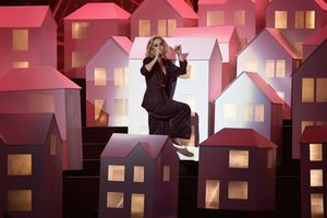 Brit Awards 2017: E a casinha da Katy Perry que caiu do palco?