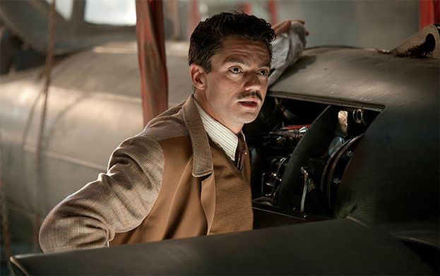 Dominic Cooper como Howard Stark