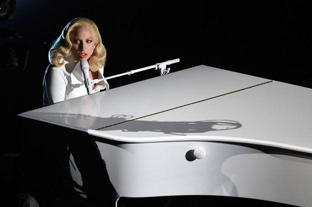 """Lady Gaga ha cantato il brano """"Til It Happens To You"""", contro le violenze sessuali"""