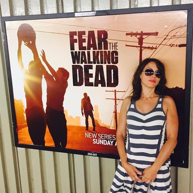 Elizabeth Rodriguez in posa davanti al poster