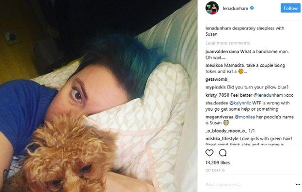 Lena Dunham a letto con il cane Susan