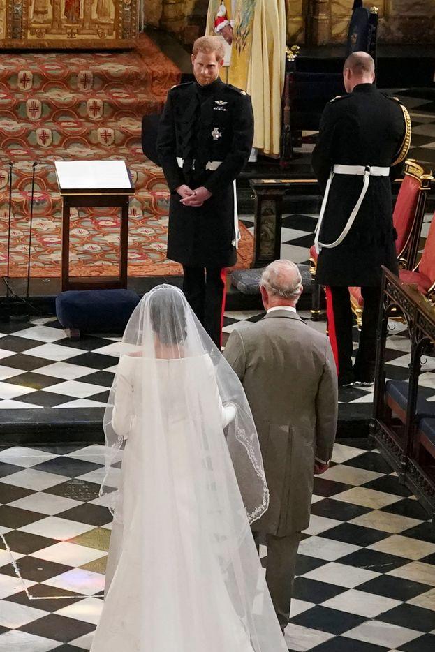 Meghan accompagnata all'altare dal Principe Carlo