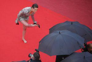 Kristen Stewart la ribelle: a Cannes via i tacchi sul red carpet