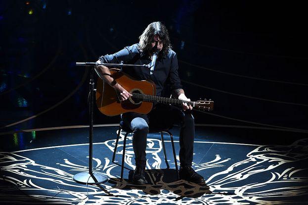 """Dave Grohl alle prese con """"Blackbird"""" dei Beatles... solo voce e chitarra"""