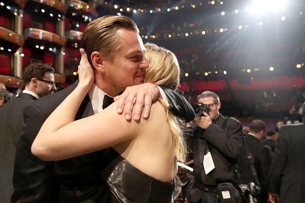 L'abbraccio per la statuetta di Leo