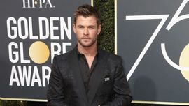 Chris Hemsworth si sta allenando (a torso nudo!) per