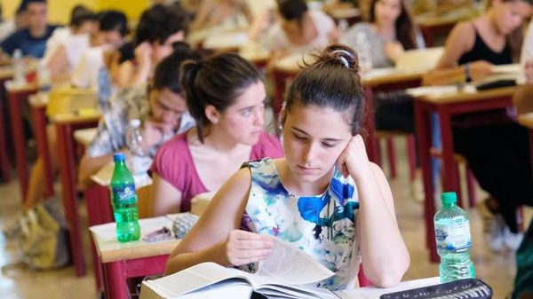 YourVoice, i giovani e la scuola del futuro: «Tecnologica, ma non toglieteci  i libri di carta»