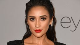 Shay Mitchell: l'attrice ha corso in topless per le vie di Los Angeles