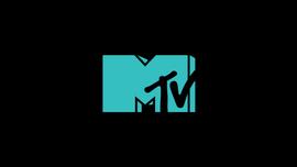 Harry Styles con un completo di velluto blue navy è il rocker dei nostri sogni
