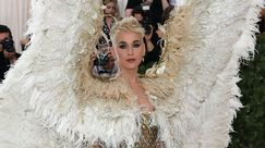 Katy Perry ha indossato delle celestiali ali d'angelo sul red carpet del Met Gala 2018