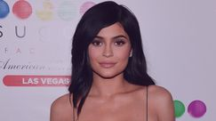 Kylie Jenner mostra le nuove labbra su un red carpet e i fan applaudono il cambio di look