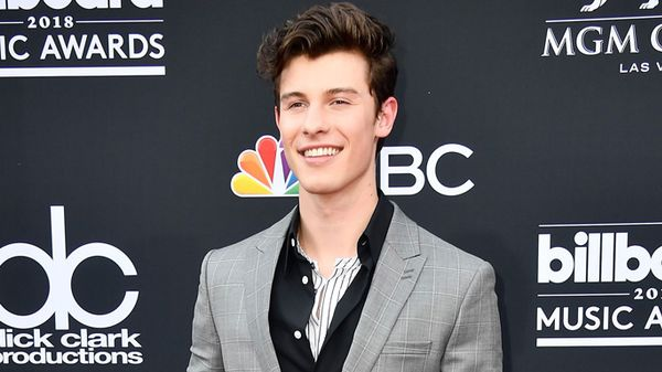 Shawn Mendes con gli stivali col tacco ai Billboard Music Awards