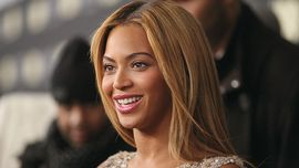 Beyoncé: nuovi capelli castani e un look incredibile per tifare ai playoff di basket dell'NBA