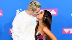 Ariana Grande e Pete Davidson in giro a fare shopping con le felpe del merch di Sweetener