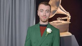 Sam Smith condivide una foto a petto nudo: