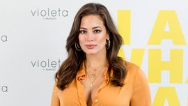 Ashley Graham incinta mostra con orgoglio tutte le sue smagliature su Instragram