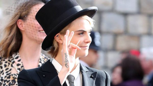 Cara Delevingne stupenda in smoking da uomo al Royal Wedding di Princess Eugenie
