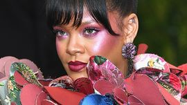 Rihanna: con un make-up tutorial insegna come usare l'highlighter
