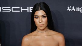 Kourtney Kardashian posa completamente nuda per un nuovo servizio fotografico