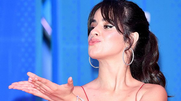 Camila Cabello ha indossato un pigiama di Natale sul red carpet!