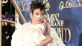 Ezra Miller sul red carpet travestito da Edvige, la civetta di Harry Potter