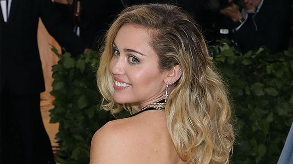 Miley Cyrus: come vestire un look da discoteca in pieno giorno
