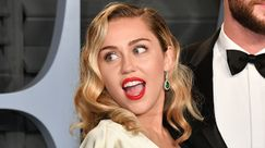 Miley Cyrus nuota in piscina ricoperta di gioielli: il summer goal dell'estate 2019