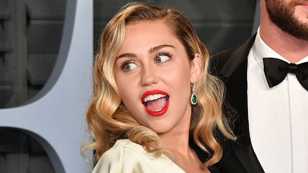 Miley Cyrus: mini gonna di pelle e dolcevita aderente, il look da copiare a Capodanno