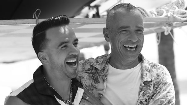 """Eros Ramazzotti e Luis Fonsi: guarda il video di """"Per le strade una canzone"""" girato a Miami"""