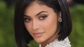 Kylie Jenner alza la temperatura con un impermeabile di PVC trasparente e nulla sotto
