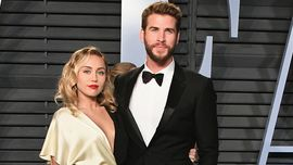 Miley Cyrus e Liam Hemsworth entrambi in smoking sul red carpet, chi lo indossa meglio?