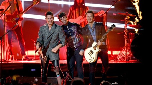 "I Jonas Brothers hanno svelato la tracklist del nuovo album ""Happiness Begins"""