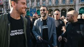Marco Mengoni: il video del super flash mob per le vie del centro di Milano