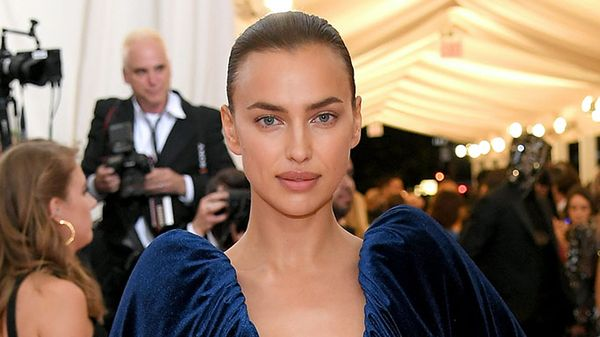 Irina Shayk vola a Firenze per la prima sfilata post break up con le sorelle Hadid