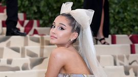 Ariana Grande manda la ponytail in rehab: i suoi riccioli naturali sono adorabili