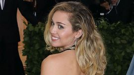 Miley Cyrus è in una relazione etero ma è