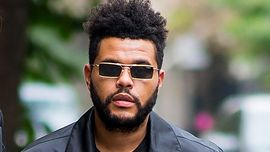 The Weeknd senza barba e con i baffi non assomiglia più a The Weeknd