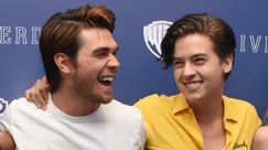 Cole Sprouse vestito tutto di azzurro e KJ Apa tutto di rosa sul red carpet dei People's Choice Awards