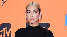 Dua Lipa: Barbie IRL sul red carpet dei Mama Awards 2019