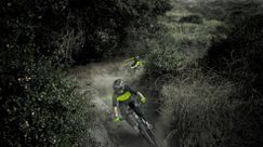 I mountain bike rider del team Fox illuminano la notte! [Video]