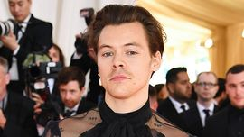 Harry Styles posa con un abito da donna in un nuovo servizio fotografico - e devi vedere la manicure!