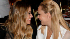 Cara Delevingne e Ashley Benson: bellissime e stilose alla Milano Fashion Week